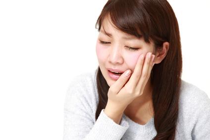 虫歯の痛みに苦しむ女性